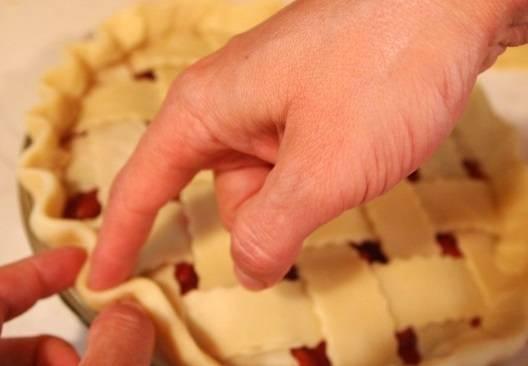 12. Заправить верхние полосочки под основу и сделать пальцами углубления. Это сделает пирог еще более аппетитным.