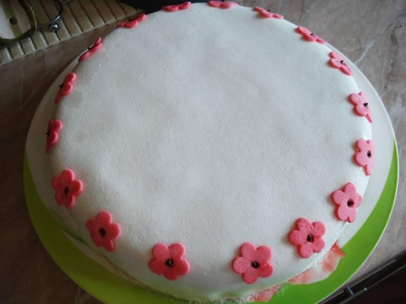 Украшаем наш торт цветами по окружности. Сердцевинки цветов можно сделать из кулинарных бусинок, они съедобны! Торт готов, можно подавать его к праздничному столу!