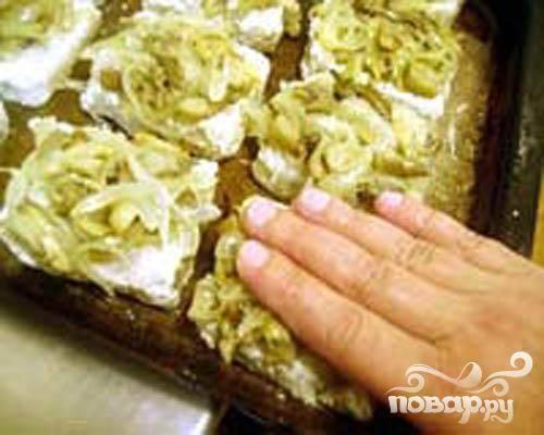 4.Равномерно раскладываем грибы с луком. Начинку придавим немного рукой. Утрамбовываем и равномерно распределяем на поверхности окуня.