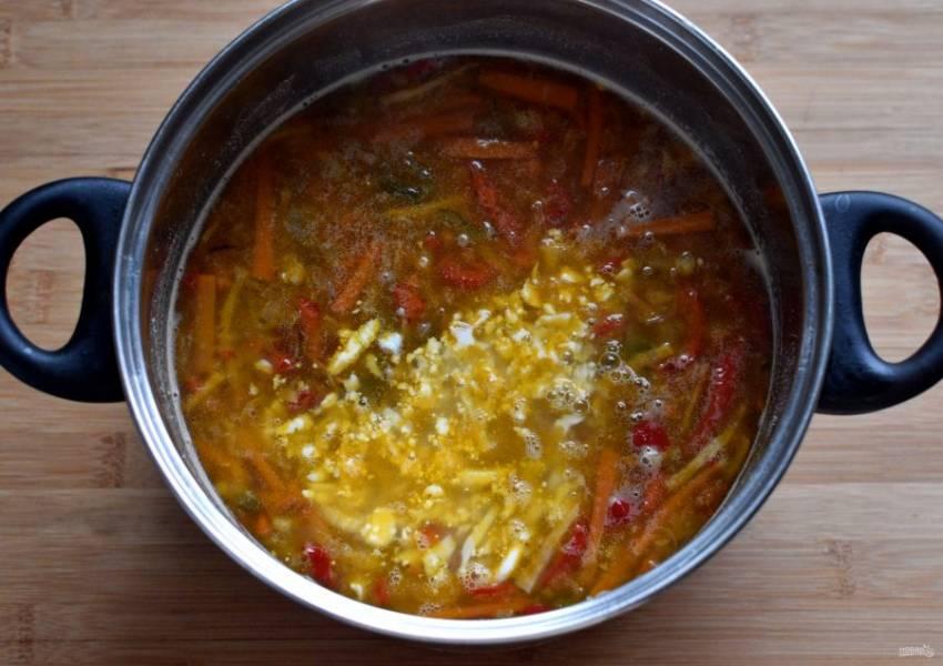 Нашинковать овощи и коренья соломкой, пассеровать их на масле до мягкости, помешивая и не зарумянивая. Опустить в суп и дать закипеть. Добавить натертые на крупной терке вареные яйца.