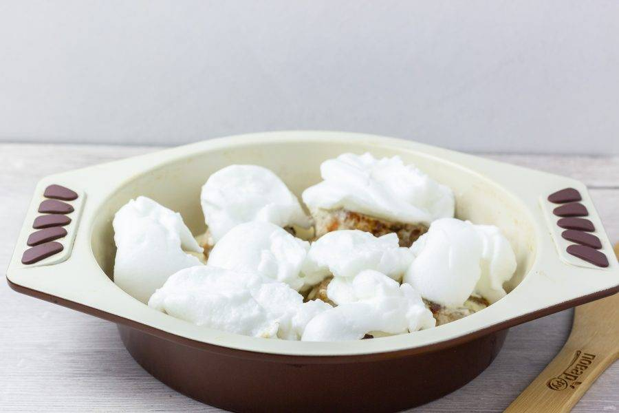 """Затем на каждый кусочек выкладываем """"снежную шапку"""" и ставим в разогретую на максимум духовку (у меня это 250 градусов) на 15-20 минут, чтобы наш снег зарумянился!"""