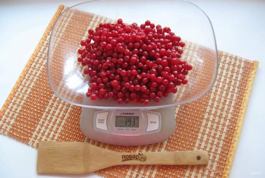Взвесьте ягоды калины, чтобы определить чистый вес без веточек.