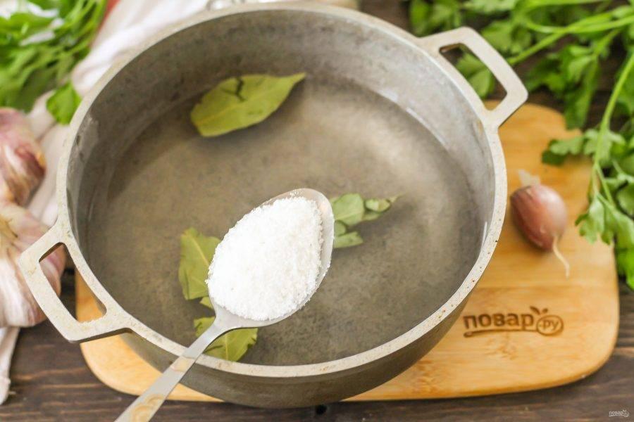 В казан всыпьте соль. По желанию можете добавить несколько горошин черного перца, но не душистого, чтобы он не перебивал аромат самого чеснока.