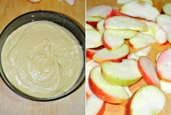 3. Вот и все, тесто на сметанный пирог готово. Если хотите сделать с яблоками, как в данном случае, вымойте их, обсушите, удалите сердцевину и нарежьте тонкими ломтиками.
