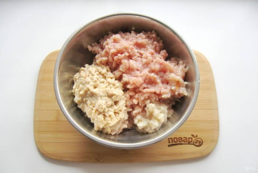 Куриное филе помойте. Одну луковицу очистите, помойте. Белую булку или батон залейте холодной кипяченой водой и через 5-7 минут отожмите.  Пропустите через мясорубку филе, булку и лук.