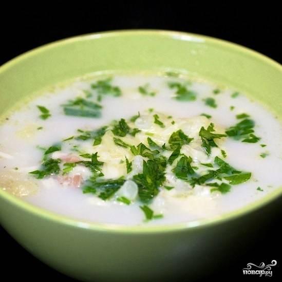 Готовому супу даем несколько минут настояться под крышкой, а потом подаем, добавив прямо в порционную тарелку немного сыра и свежей зелени (у меня - петрушка). Приятного аппетита!