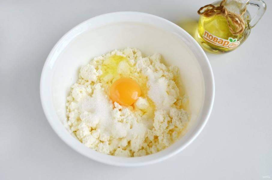 2. Творог разомните вилочкой с солью, сахаром и яйцом.