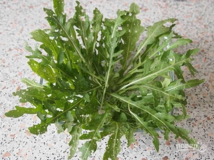3.Подготовленную траву разделяю на листочки и укладываю в салатник.