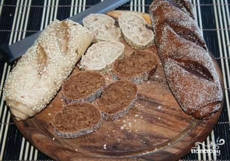 Нарезаем хлеб разных сортов на ломтики. Можно их слегка подсушить в тостере.