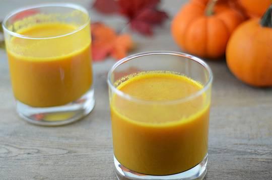2. Один из отличных вариантов легкого овощного коктейля - это тыквенный сок. Его можно дополнить также соком лимона или лайма. Добавить в такой напиток можно семена льна или немного измельченных орехов, чтобы придать ему более густую консистенцию и питательность.