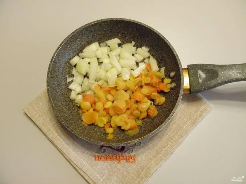 Лук и морковь очистите от кожуры. Порежьте морковь кружочками или соломкой, лук - кубиками. Разогрейте растительное масло на сковороде и обжарьте овощи до готовности.