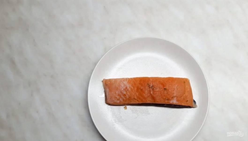 3. Заверните форму в фольгу и оставьте рыбу солиться. Для того чтобы рыба получилась малосоленой, подержите ее в таком состоянии 8-10 часов. Для приготовления сильносоленой рыбы подержите ее в солевой смеси 24-36 часов. После соления смойте с рыбы соль холодной кипяченной водой и промокните салфеткой. Приятного аппетита!