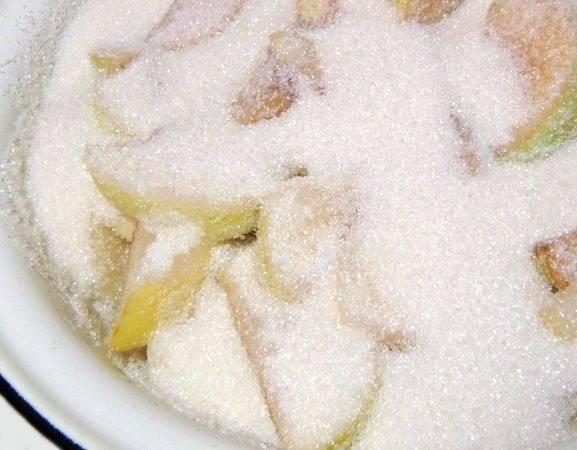 Приготовьте раствор из соды (2 чайных ложки соды на литр воды). Сполосните яблоки и поместите их в содовый раствор на 5 минут. Сода предотвратит разваривание яблок. Затем сполосните яблоки и положите в емкость для варки, сверху присыпав сахаром.
