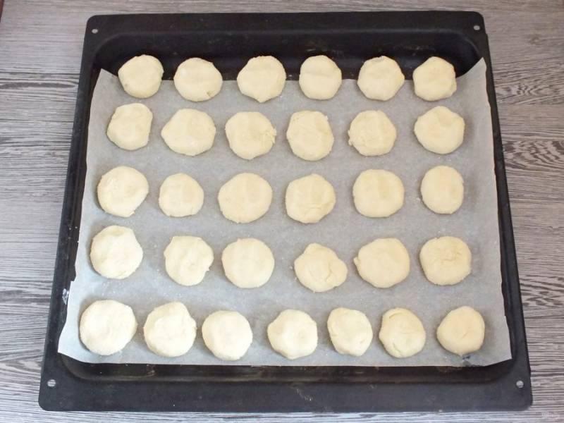 Противень застелите пергаментом. Выложите будущее печенье. Поставьте выпекаться в разогретую духовку до 170 градусов на 35 минут. Учитывайте особенности духовки.