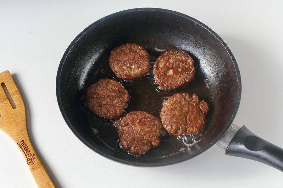 Разогрейте сковороду с маслом и выкладывайте печеночную массу при помощи ложки. Обжаривайте котлеты на среднем огне с двух сторон до румяной корочки.