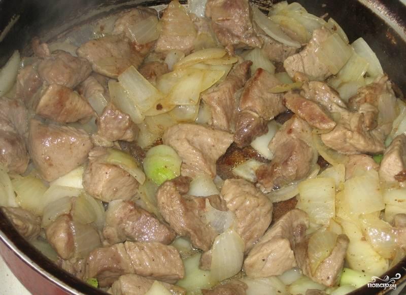 2. Мясо вымыть и просушить. Отправить на сковороду с небольшим количеством растительного масла и слегка обжарить. Луковицу очистить и нарезать достаточно крупными кусочками. Добавить к мясу и обжарить до золотистого цвета. Посолить и поперчить по вкусу.