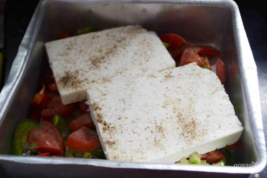 4.Кусочек сыра разрежьте пополам и посолите, поперчите его.