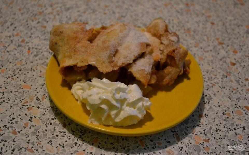 12.Немного остывший штрудель нарезаю кусочками и выкладываю на тарелку, подаю его со взбитыми сливками или шариком мороженого.