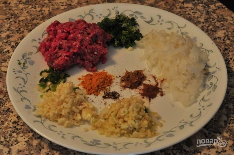Подготовьте все ингредиенты. Измельчите лук и чеснок, имбирь мелко порежьте. Если используете листья кориандра, то их тоже мелко порежьте.