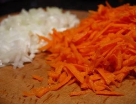 Чистим лук и морковь. Морковь натираем на терке, лук нарезаем кубиками.
