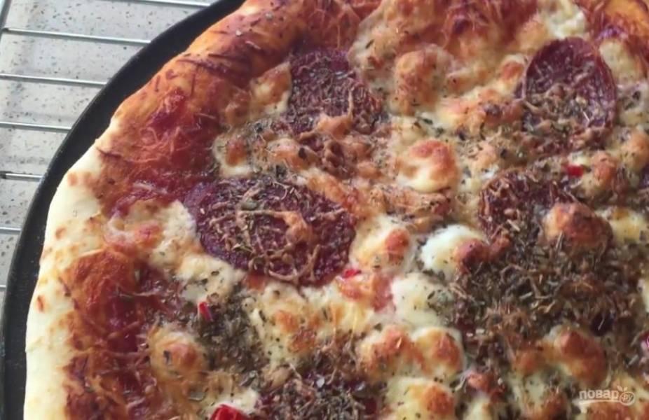 4. Присыпьте пиццу орегано, отправьте в разогретую до 200 градусов духовку на 10 минут. Приятного аппетита!