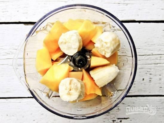 Для желтого слоя измельчим очищенный плод манго, банан и сок половины апельсина.