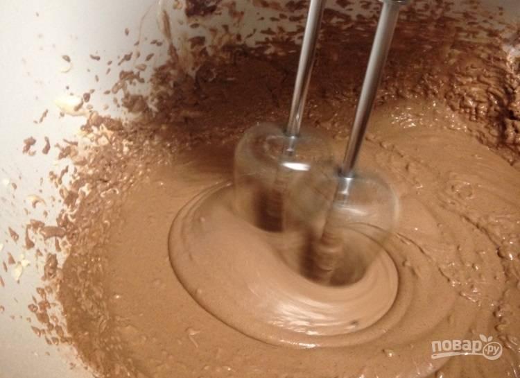 3.Добавьте к сухим ингредиентам мягкое сливочное масло (оставьте 1 столовую ложку для глазури), сметану, яйца.