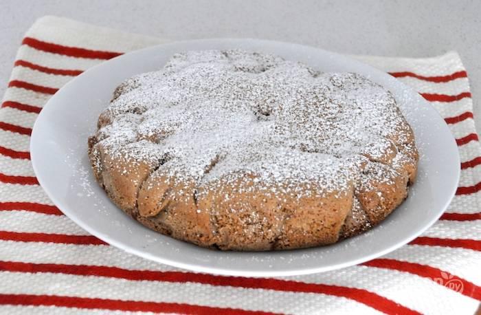6.Спустя 5 минут после того, как достали пирог из духовки, аккуратно достаньте его из формы, украсьте сахарной пудрой. Подавайте уже остывший пирог.