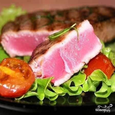 Подаем стейк немедленно с теплыми помидорами и листом салата. Приятного аппетита!