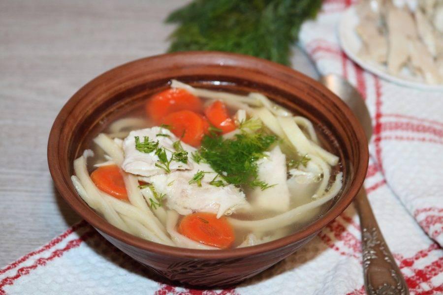 Разложите суп по тарелкам. Можете положить кусочек курицы и посыпать зеленью.