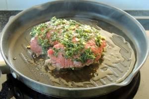 Разогрейте на сковороде 2 ст.л. оливкового масла и обжарьте говядину. Сначала жарим приправами вниз, тем временем на верх и бока выкладываем вторую часть приправы.