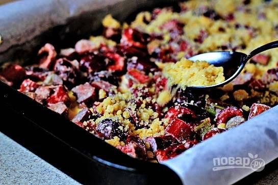 Сверху выложите начинку из вишни и ревеня и равномерно насыпьте крошку.