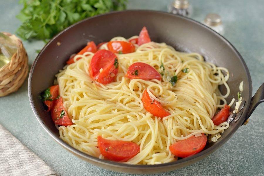 Спагетти отварите согласно инструкции, тонкие варятся обычно 4-5 минут. Откиньте макароны на дуршлаг, как только вода стечет, сразу же переложите их в сковороду и все тщательно перемешайте. Добавьте молотый перец и немного морской соли.