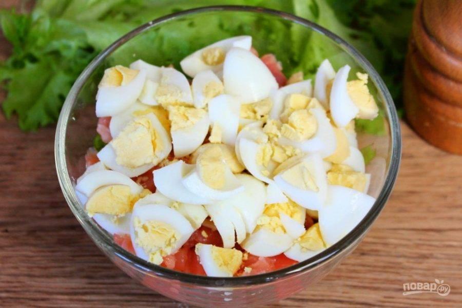 Перепелиные яйца предварительно отвариваем, чистим, режем на кусочки и добавляем к остальным ингредиентам. Все перемешиваем.
