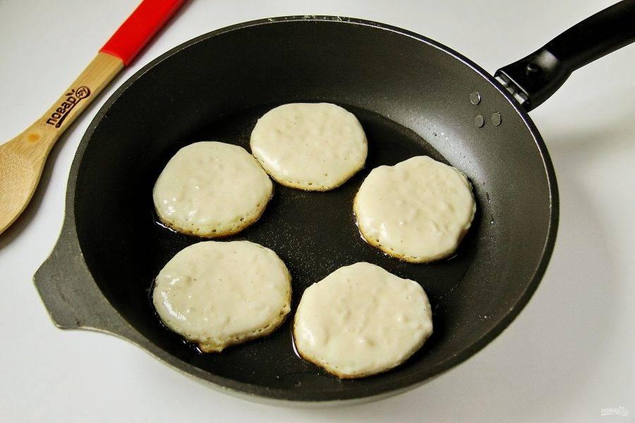 Разогрейте масло и выкладывайте тесто столовой ложкой, придавая ему нужную форму.