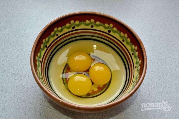 6. Параллельно вбейте яйца в глубокую мисочку.
