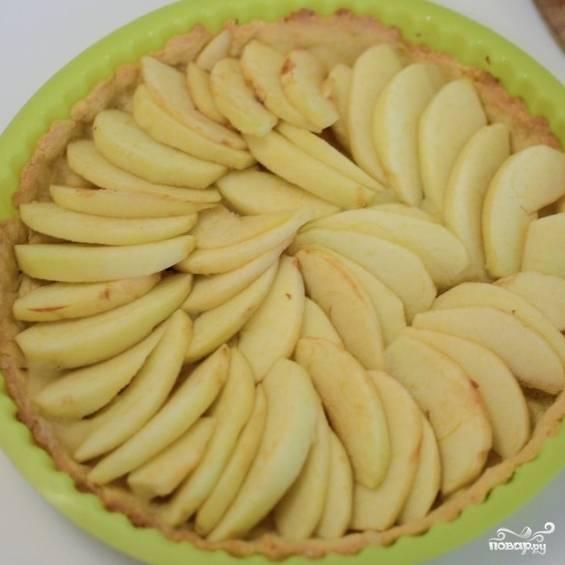 10. Заполните яблоками всю поверхность запеченной основы.