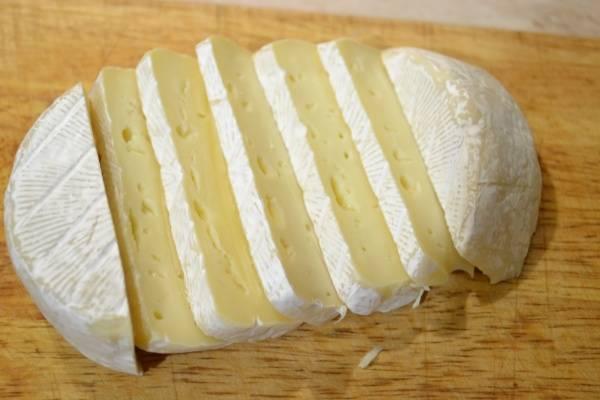 Нарезаем сыр бри пластинами.