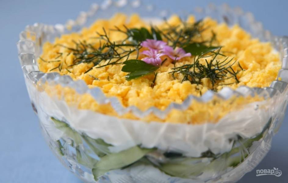 5. Посыпьте яичным желтком и украсьте. Приятного аппетита!