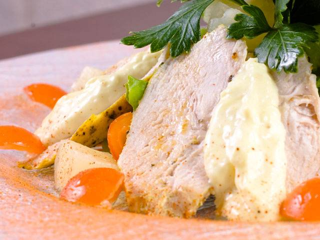 4. Остужаем, нарезаем кусочками и подаем с овощами. Здоровый ужин готов!