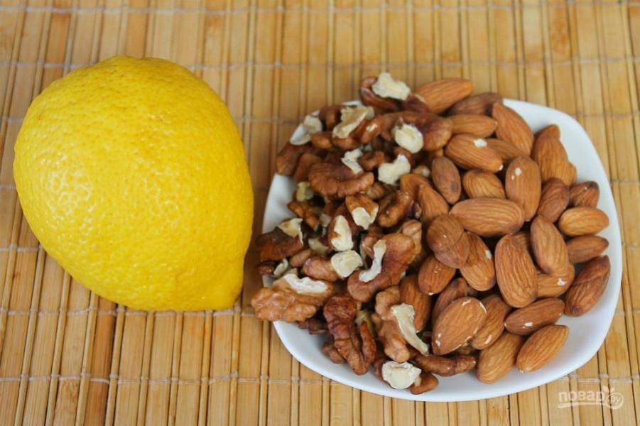 Орехи подсушиваем на сухой сковороде и пропускаем через мясорубку вместе с долькой лимона.