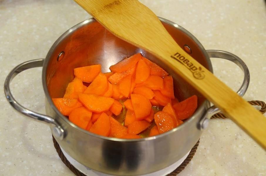 3. Слегка обжарьте морковь с добавлением масла, не допуская корочки.