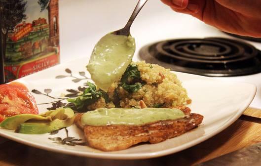 7. Соус можно вылить на сковороду с рыбой или полить его сверху при подаче. Дополнить рыба под сливочным соусом в домашних условиях можно овощами или гарниром по вкусу.