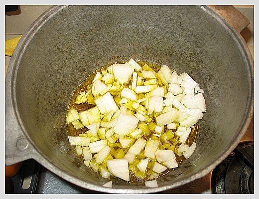 Разогрейте масло и обжарьте лук до прозрачности.
