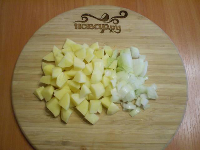 Ставим подсоленную воду закипать. Чистим картошку и лук, и режем некрупно.