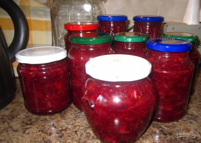 6. Разложите салат по стерилизованным баночкам и закатайте.