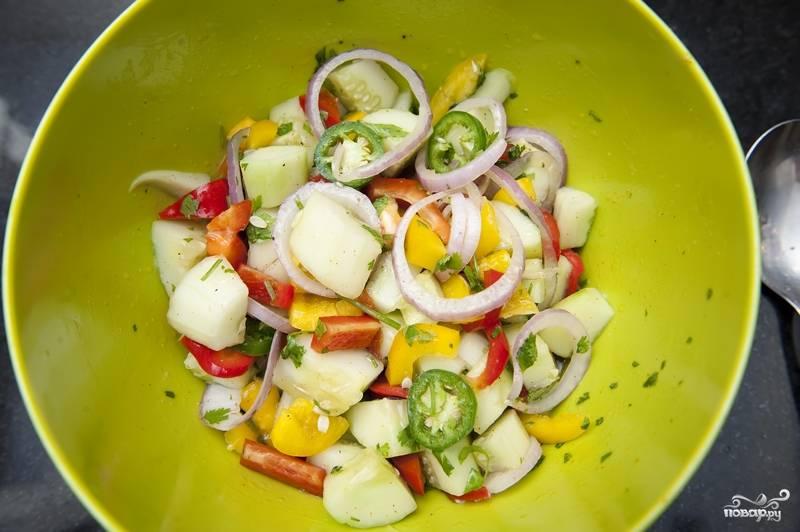 9. Салат из огурцов и перцев готов! Приятного аппетита!