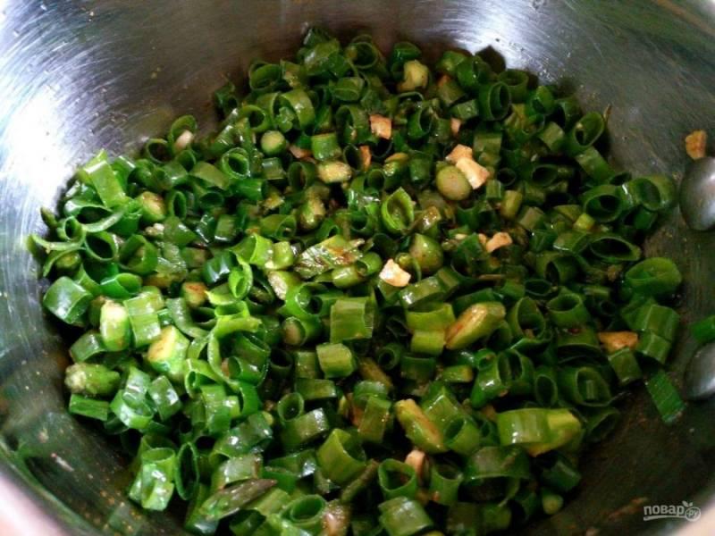 Сразу после этого добавьте зелёный лук в  ещё горячую спассерованную смесь и перемешайте. Лук слегка обмякнет, но останется хрустящим.