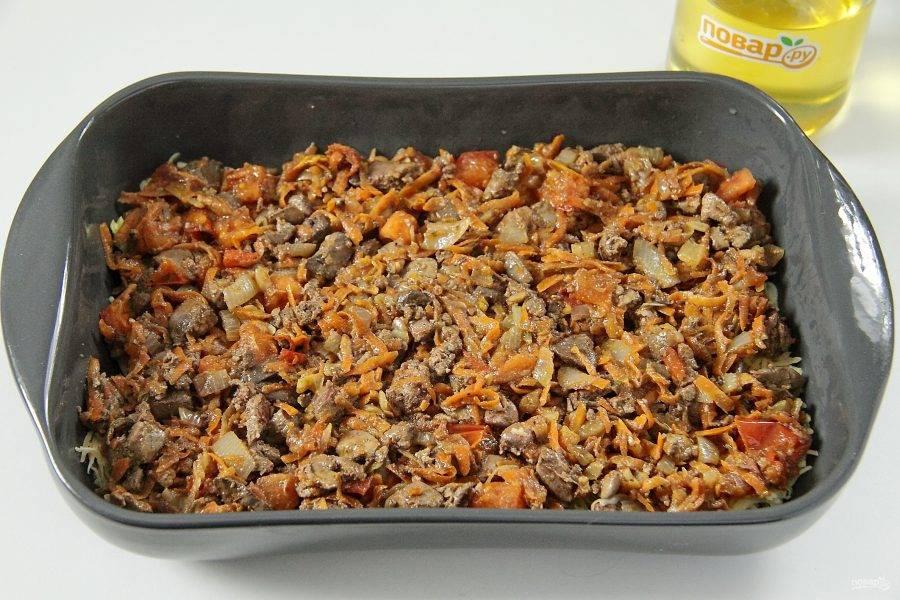 Распределите сверху начинку из печени и овощей.