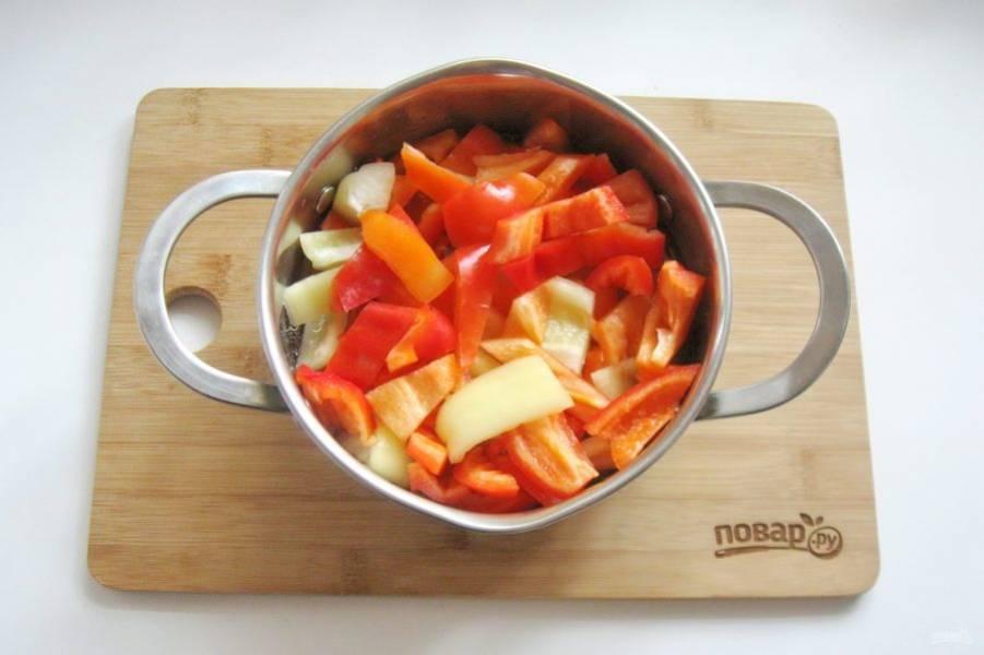 В кастрюлю с маринадом выложите нарезанный перец.